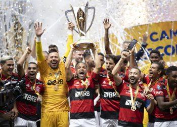 Elenco supercampeão celebra mais uma conquista diante de outro hegemônico rival: jogo aconteceu no Estádio Mané Garrincha Foto: Lucas Figueiredo/CBF