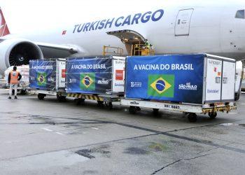Carregamento com o insumo para a produção da vacina contra o coronavírus é desembarcado no aeroporto de Guarulhos Foto: Divulgação