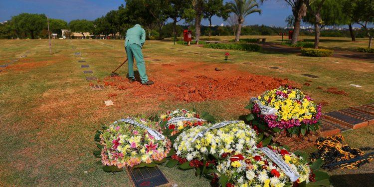 Funcionário trabalha em sepultamento. Cidade vê crescimento no número de casos e mortes. Foto: Leandro Ferreira \ Hora Campinas