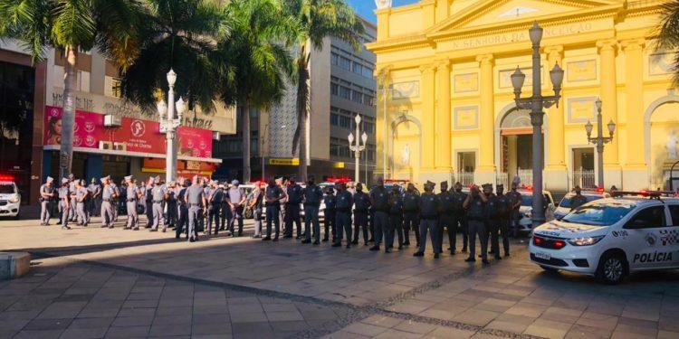 Policia Militares em frente a Catedral Metropolitana de Campinas, no início da ação. Foto: Divulgação