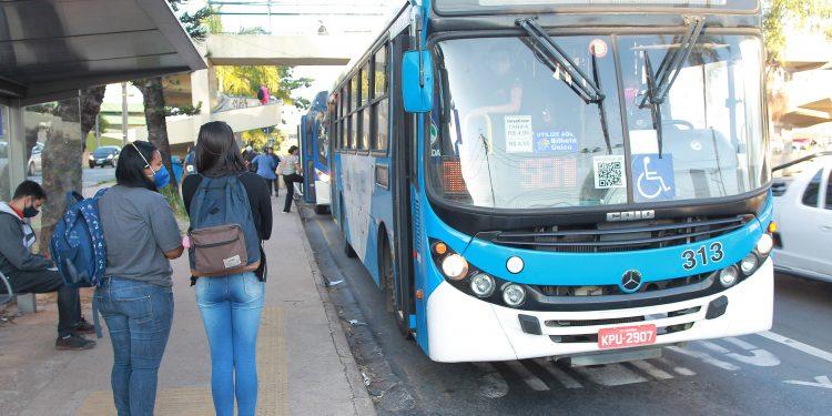 Passageiros aguardam ônibus no ponto, na avenida Prestes Maia. Contrato com empresas será prorrogado. Foto: Leandro Ferreira \ Hora Campinas