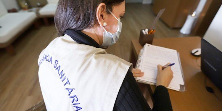 Agente da Vigilância Sanitária em ação para verificação de cumprimento dos decretos que definiram regras de funcionamento das escolas. Foto: Divulgação  PMC