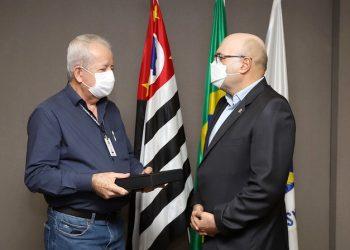 Na despedida do cargo, Granzotto trocou de lado nas lentes da câmera para ser homenageado por Dário Saadi. Foto: Fernanda Sunega/PMC