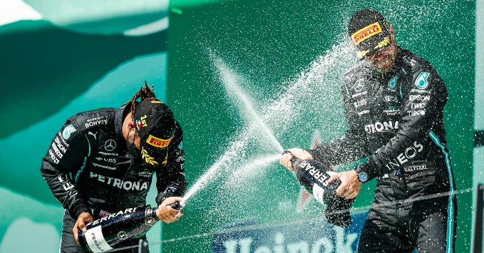 Lewis Hamilton, da Mercedes, festeja no pódio em Portugal. Foto: Reprodução/Twitter