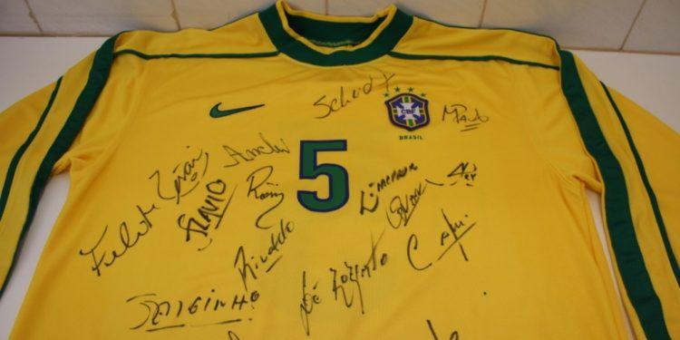 Camisa da seleção brasileira de futebol autografada: um dos itens a serem leiloados - Foto: Divulgação