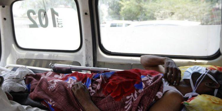 Paciente esperando por lugar em hospital em Nova Deli, na Índia - Foto: Unicef/Amarjeet Singh