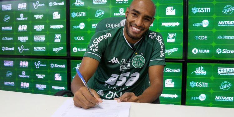 Carlão, que estava no Mirassol e já jogou no Corinthians, assina o contrato para a disputa da Série B do Campeonato Brasileiro Foto: Thomaz Marostegan/Guarani FC.