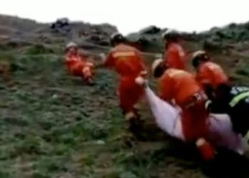Socorristas resgatam vítima que sofreu hipotermia; organizadores estão sendo criticados por não terem tido plano de suporte prévio e posterior ao ocorrido Foto: Reprodução de vídeo