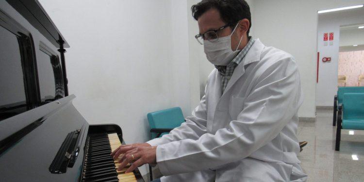 O rádio-oncologista Caio Jorge aproveita as folgas na agenda para levar música à sala de espera. Foto: Divulgação