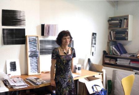 A artista Edith Derdyk, que faz palestra hoje, em seu ateliê  - Foto: Divulgação