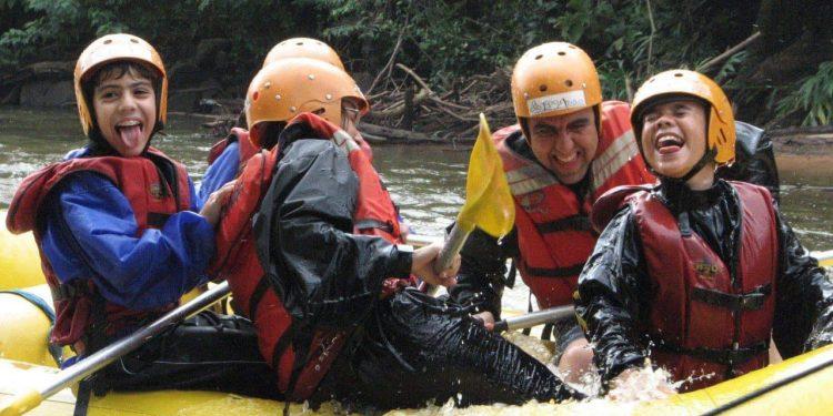 """Um dos momentos queridos pela família: """"Estamos todos no mesmo barco"""". Na imagem, o casal com Arthur, Daniel e Jadson - Fotos: Divulgação"""