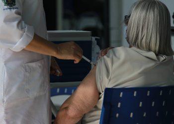 Mulher que integra o grupo prioritário de vacinação contra a Covid-19 recebe a sua dose: Campinas superou as 3 mil mortes Foto: Leandro Ferreira/Hora Campinas