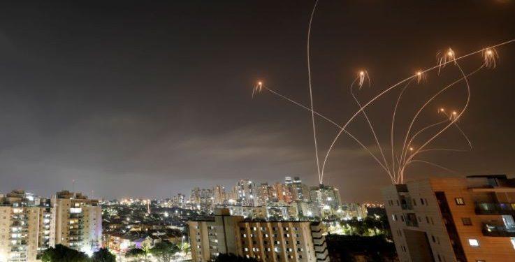 Mísseis disparados pelo Hamas, que são interceptados pelas forças israelenses: mais de 38 mil palestinos fugiram de suas casas em busca de segurança, de acordo com as Nações Unidas, e pelo menos 2.500 pessoas ficaram desabrigadas, incluindo alguns profissionais de MSF Foto: Divulgação