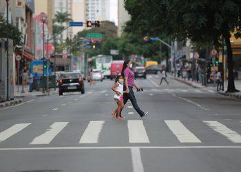 Mãe e filha cruzam a Avenida Francisco Glicério, de máscara, numa cena já incorporada ao cotidiano das famílias Foto: Leandro Ferreira/Hora Campinas