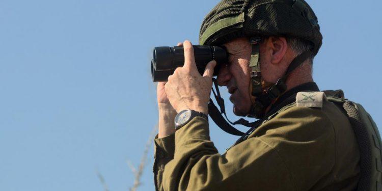 Membro da Força de Defesa de Israel monitora trecho da sempre conflituosa Faixa de Gaza: Casa Branca se posiciounu e condenou os ataques de ambos os lados