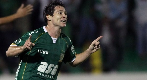 Medina marcou dois gols na vitória por 3 a 1 do Guarani, diante da Ponte Preta, no dia 29 de abril de 2012