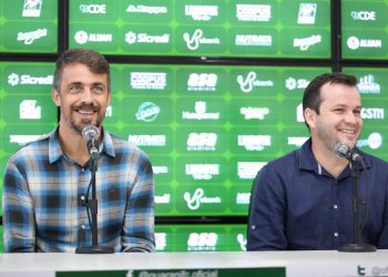 Michel Alves (esq), superintendente de futebol, ao lado de Daniel Paulista (dir),   novo técnico do Guarani - Fotos: Thomaz Marostegan/Guarani FC