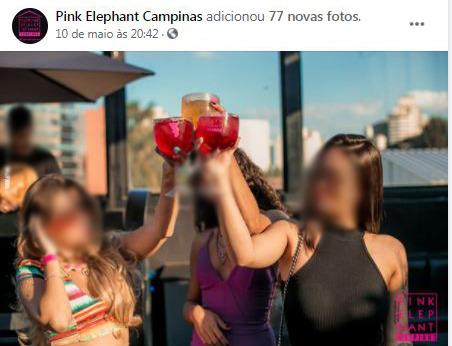 Jovens celebram com drinques festa ocorrida na Pink Elephant, em fotos postadas no último dia 10 de maio: casa não deixa claro a data exata das fotos Foto: Facebook/Divulgação