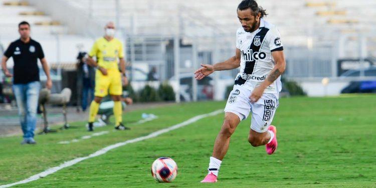 Apodi conduz a bola no Majestoso, observado pelo técnico Fabinho Moreno: resultado ruim em casa Foto: Álvaro Jr/Ponte Press