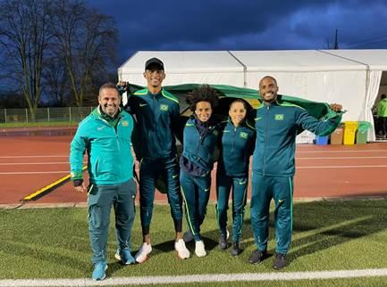 Equipe do 4x400 metros misto: Anderson, Tiffani, Geisa, Alison e o treinador Evandro Lázari Foto: Orcampi/Divulgação