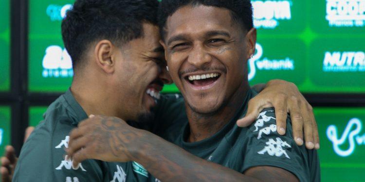 Rodrigo Andrade e Bidú se abraçam para selar a paz dentro do elenco. Foto? Divulgação