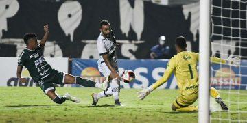 Moisés chuta para marcar o terceiro gol da Ponte Preta em cima do Guarani e o segundo dele na partida. Foto: PontePress/ÁLvaro Jr