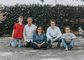 Elisabete com o marido e os três filhos: a Isidorus Flores se dedica às rosas e bolas belgas. Foto: Arquivo da Família