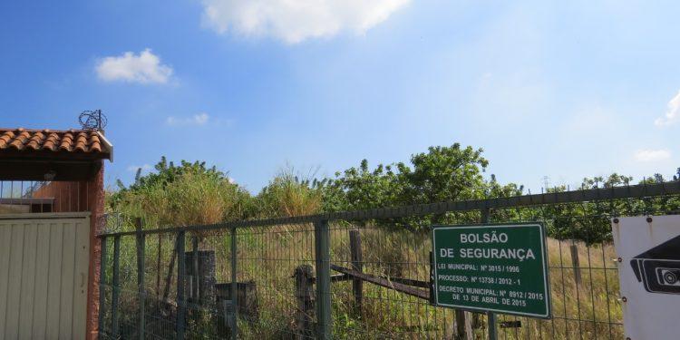 A vegetação está alta na chácara que faz limite com o bairro Novo Espírito Santos, em Valinhos. Foto: Divulgação