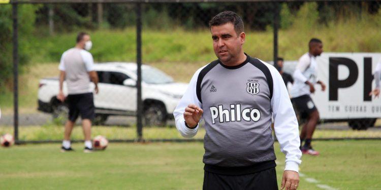 O técnico Fabinho Morenos lamentou o fato da Ponte Preta novamente largar em desvantagem. Foto: Ponte Press/Diego Almeida
