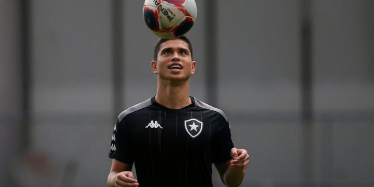 O lateral-direito Kevin chegou a Campinas no final da tarde desta segunda-feira (31). Foto: Vitor Silva/Botafogo
