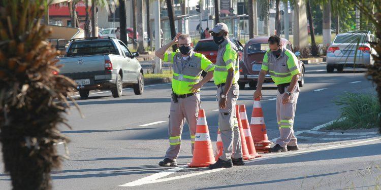 Agentes de Mobilidades - os chamados Amarelinhos - via fechar o entorno do estádio. Foto: Leandro Ferreira \ Hora Campinas