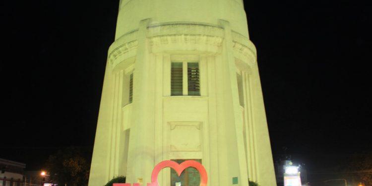 Torre do Castelo iluminada de Amarelo, numa referência ao Maio Amarelo, de prevenção no trânsito. Foto: Divulgação