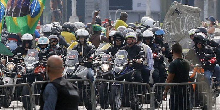 O presidente da República, Jair Bolsonaro, em passeio de moto pelo Rio de Janeiro. Foto: Fernando Frazão/Agência Brasil)