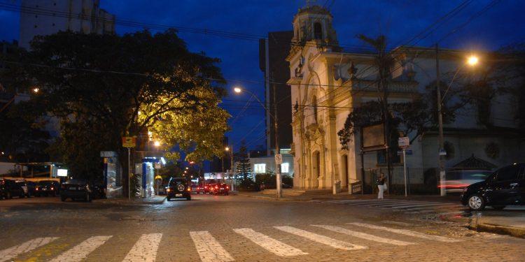 Rua Maria Monteiro no bairro Cambuí, em Campinas. Cidade registra média de 12 mortes por dia desde o início do ano. Foto: Leandro Ferreira/Hora Campinas