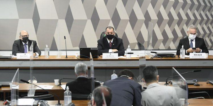 Dimas Covas  (à esq.) durante depoimento nesta quinta-feira na condição de testemunha. Foto: Jefferson Rudy/Agência Senado