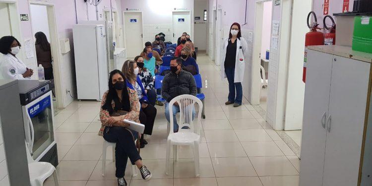 Pessoas com comorbidades a partir de 45 anos, à espera da vacina no posto do Jardim Aurélia. Foto: Leandro Ferreira \ Hora Campinas