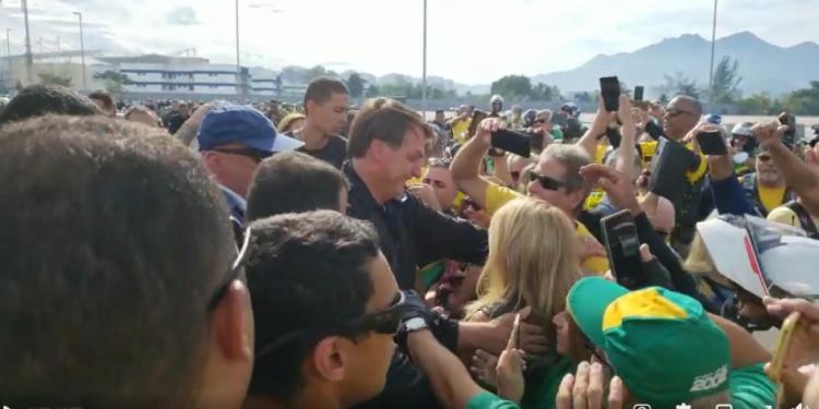 Presidente Jair Bolsonaro chega para evento com apoiadores no Parque Olímpico, no Rio: sem máscaras. Foto: Reprodução  redes Sociais