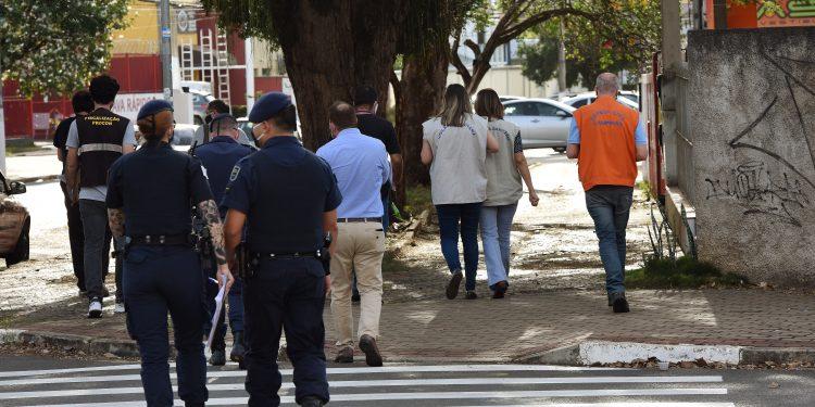 Técnicos do Departamento de Vigilância Sanitária e GM, em ação de fiscalização. Foto: Divulgação \ PMC