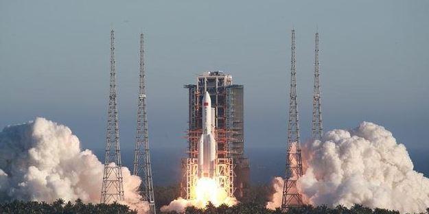 """Lançamento ocorreu no dia 29 de abril: o foguete Longa Marcha CZ-5B tem, no total, 57 metros, mas seu compartimento de carga, na """"ponta"""", tem bem menos, cerca de 27 metros e 25 toneladas Foto: Divulgação"""