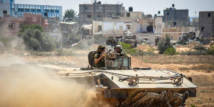 Tanque israelense circula por área de combate em Gaza em conflito anterior: Ministério da Defesa do país autorizou os militares a convocarem um total de 16 mil reservistas Foto: Força de Defesa Israelense/Divulgação