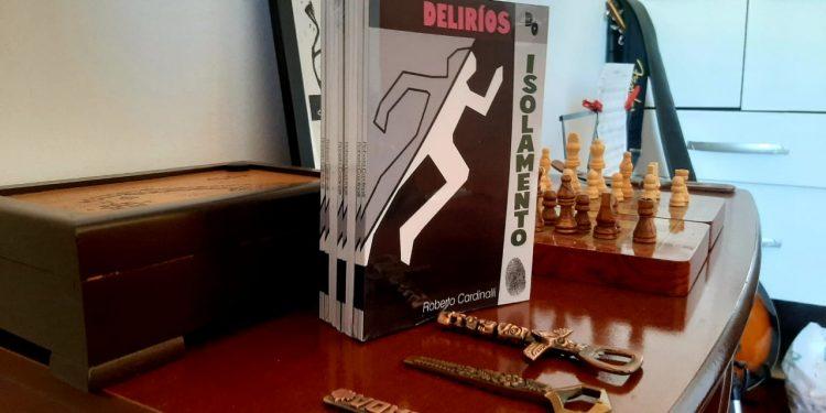 """O livro de contos, """"Delírios do Isolamento"""", do jornalista Roberto Cardinalli. Foto: Divulgação"""