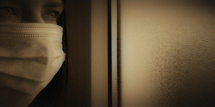 Fazer uma comida para a família enlutada, mandar mensagens, ligar, lavar a roupa e ir ao mercado são formas de ajudar quem está sem chão após o sepultamento solitário de um ente querido que foi vítima do coronavírus - Foto: Pixabay