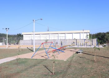A praça conta com parque infantil e campo de futebol de areia. Foto: Fernanda Sunega/PMC
