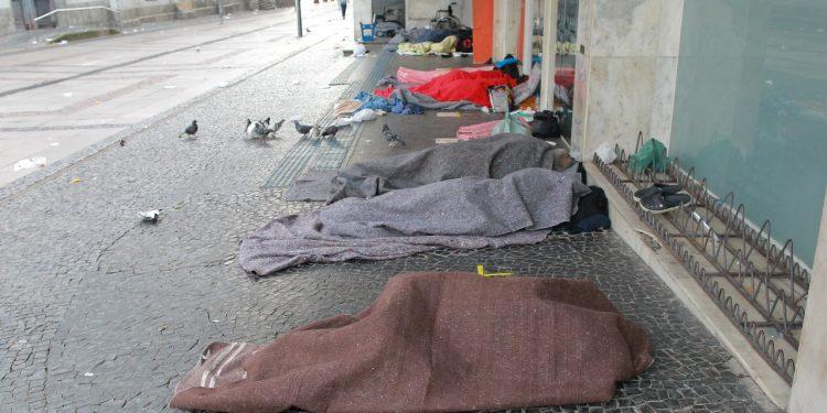 Moradores de rua se abrigam do frio, na região da Catedral, no centro da cidade. Foto: Leandro Ferreira \ Hora Campinas