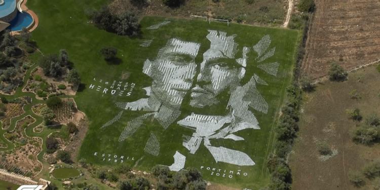 A arte no gramado traz o rosto de Senna e o do líder Lewis Hamilton. Foto: Twitter/Reprodução