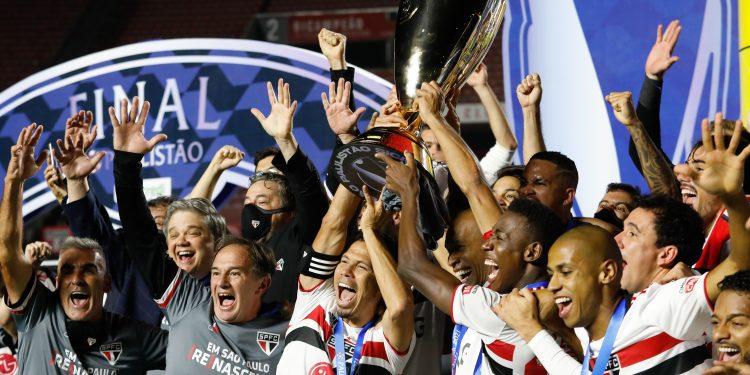 Jogadores do São Paulo levantam a taça de campeão paulista de 2021. Foto \ FPF