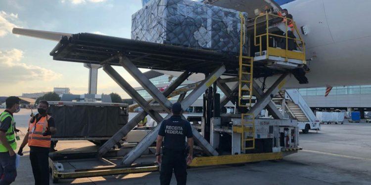 Lote de 3,8 milhões de doses da vacina da AstraZeneca desembarca no Aeroporto de Guarulhos. Foto: Divulgação