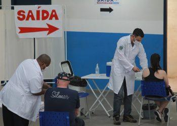 Pessoas são vacinadas no Centro de Vivência do Idoso, no Taquaral. Foto: Leandro Ferreira/Hora Campinas