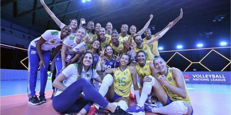 Jogadoras brasileiras comemoram a primeira vitória na competição. Foto: Divulgação/FIVB