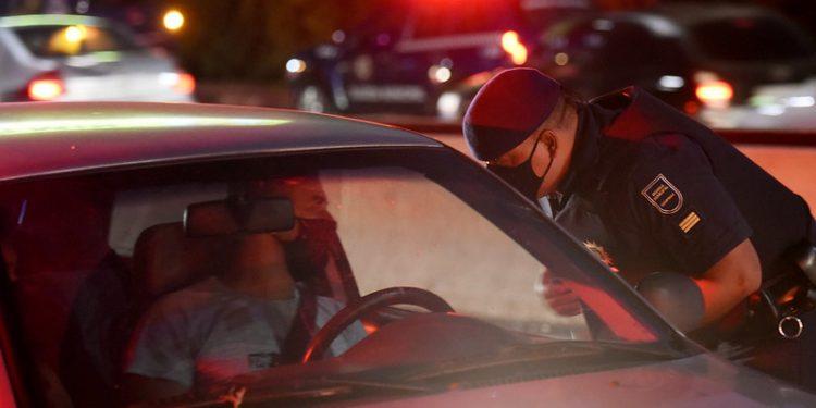Guarda Municipal orienta motorista em Campinas. Foto: Carlos Bassan/PMC